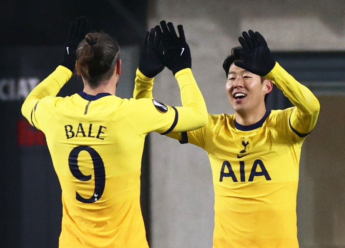 In this Reuters photo, Son Heung-min of Tottenham Hotspur (R) celebrates with teammate Gareth Bale after scoring a goal against LASK during their Group J match at the UEFA Europa League at Linzer Stadium in Linz, Austria, on Thursday. (Reuters-Yonhap)