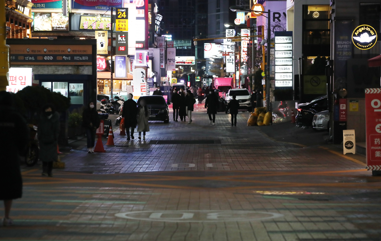 A street in Gangnam, one of the busiest districts in Seoul, is mostly empty on Thursday, as South Korea has implemented strict antivirus measures to stop the spread of the new coronavirus. (Yonhap)