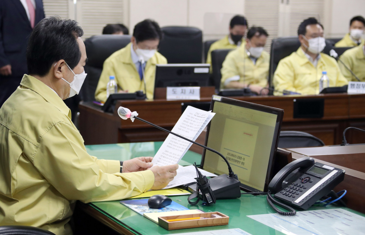 Prime Minister Chung Sye-kyun (L) presides over a meeting of the Central Disaster and Safety Countermeasure Headquarters held at the provincial government office of South Gyeongsang Province in Changwon, 398 kilometers southeast of Seoul, on Friday. (Yonhap)