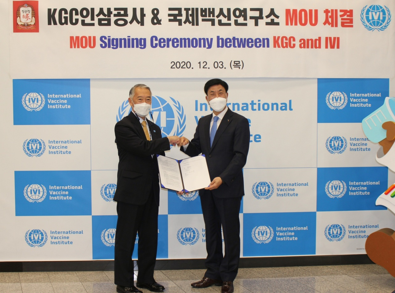 Dr. Jerome Kim, director general of the International Vaccine Institute (left), and Korea Ginseng CEO Kim Jae-su pose at a signing event Thursday. (Korea Ginseng)