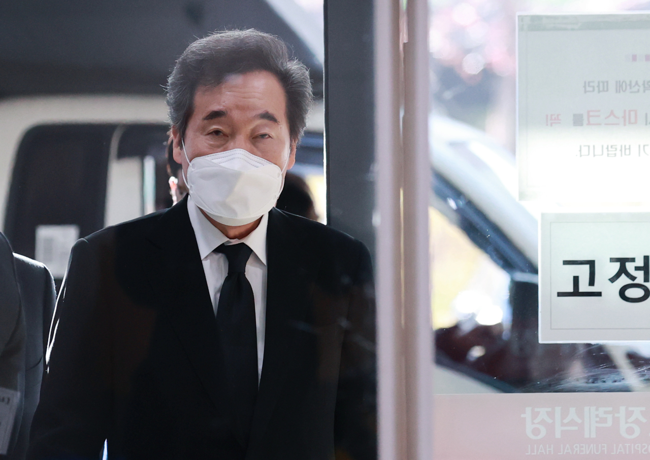Democratic Party Chairman Lee Nak-yon arrives at a hospital in Seoul to visit the funeral parlor for his close aide, who was found dead the previous night, on Friday. (Yonhap)