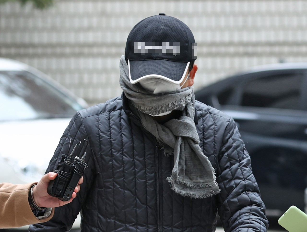 A suspect, surnamed Shin, in the Optimus financial fraud scheme arrives at the Seoul Central District Court to attend a hearing over his arrest warrant on Nov. 17, 2020. (Yonhap)
