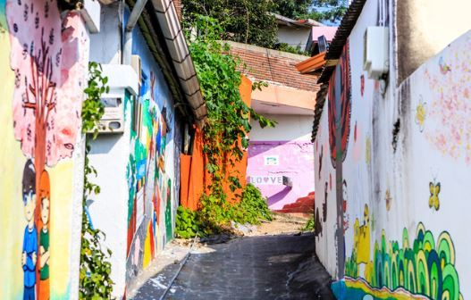 A residential town in Dae-dong, Daejeon shows mural paintings on house walls, which was conducted as part of an urban regeneration policy. Daejeon, the fifth-largest city in Korea, posted population decrease of 1,663 in November 2020. (Korea Tourism Organization).
