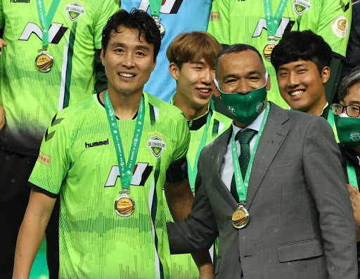 Jeonbuk Hyundai Motors head coach Jose Morais (R) celebrates with forward Lee Dong-gook after Jeonbuk clinched the 2020 K League 1 championship at Jeonju World Cup Stadium in Jeonju on Nov. 1. (Yonhap)