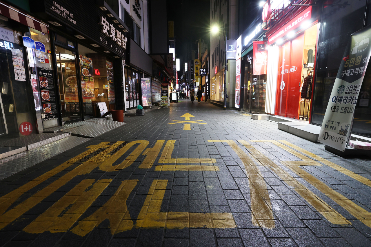 Shop lights are out at Myoung-dong, a usually busy tourist district in central Seoul, on Saturday evening. (Yonhap)