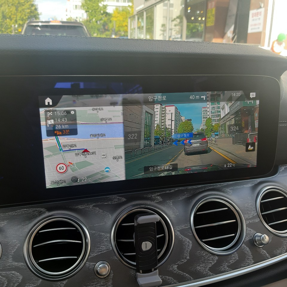 Mercedes-Benz E-Class E350's augmented reality navigation system (Shin Ji-hye/The Korea Herald)