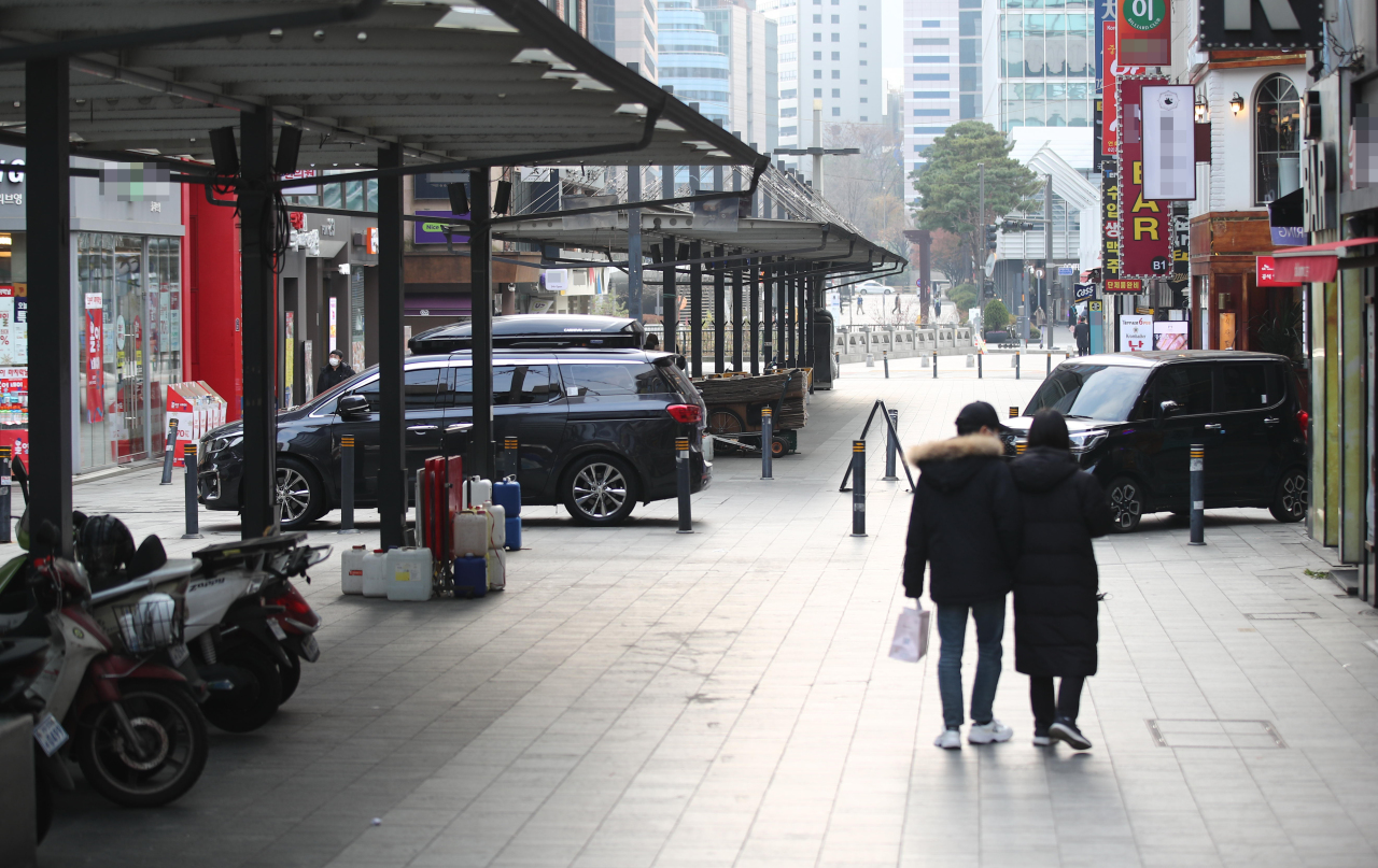 A street in downtown Seoul is relatively empty on Sunday. (Yonhap)