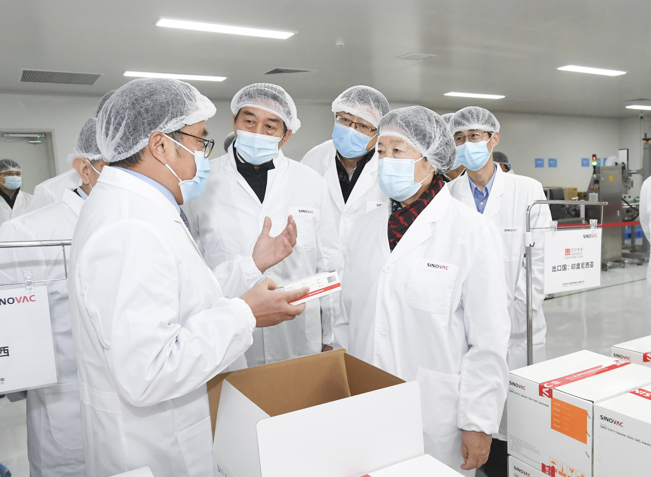Chinese Vice Premier Sun Chunlan and State Councilor Wang Yong inspect the work on COVID-19 vaccine development and production at Sinovac Biotech Co., Ltd. in Beijing, capital of China, Dec. 2. (Xinhua-Yonhap)
