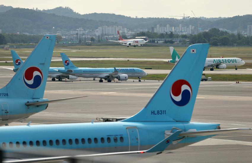 In the Oct. 4, 2020, file photo, airplanes of Korean Air Lines Co. arrive at Gimpo International Airport in western Seoul. (Yonhap)