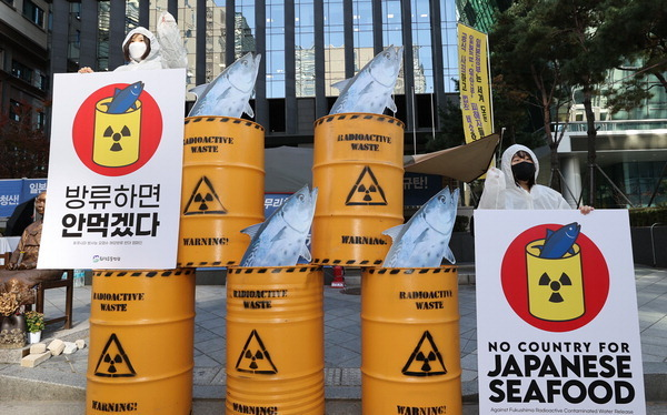 Activists stage a campaign near the Japanese Embassy in Seoul calling for the boycott of Japanese seafood in protest against Tokyo's plan to discharge into the sea radioactive water from its wrecked Fukushima nuclear power plant, in this photo taken Nov. 9. (Yonhap)