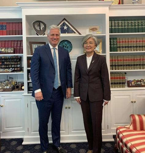 This photo captured from the Twitter account of the US National Security Council shows US National Security Adviser Robert O'Brien (L) and South Korean Foreign Minister Kang Kyung-wha posing for a photo during their meeting in Washington on Nov. 10, 2020. (US National Security Council Twitter account)