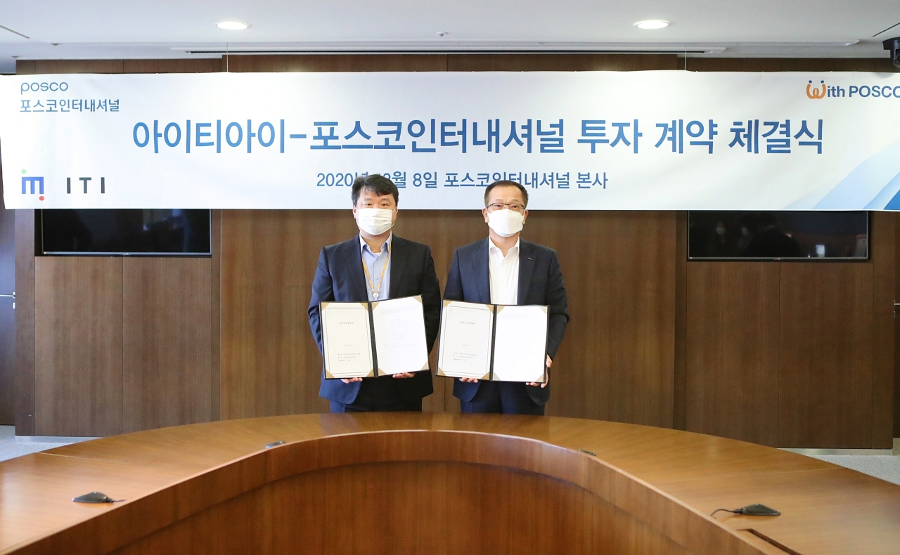 Posco International CEO Joo Si-bo (right) and Innovated Technology CEO Lee Seok-jun pose for a picture after a signing ceremony held at Posco International's headquarters in Songdo-dong, Incheon. (Posco International)