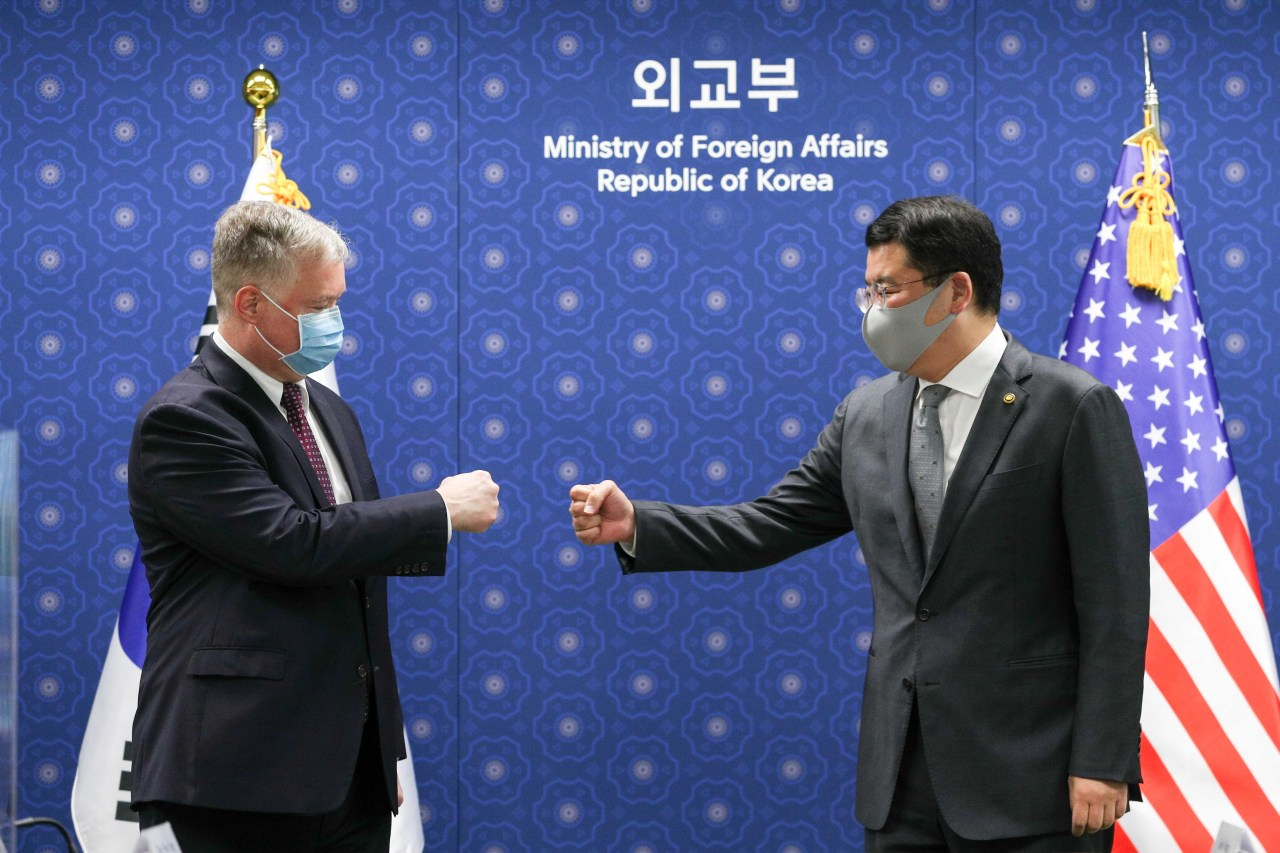 South Korea`s First Vice Foreign Minister Choi Jong-kun (right) and US Deputy Secretary of State Stephen Biegun greet with a fist bump ahead of their talks on Wednesday. (Yonhap)