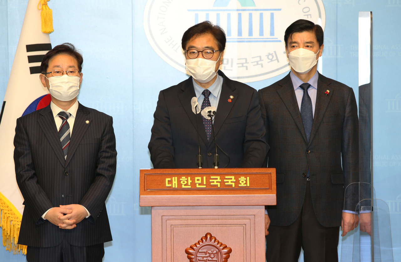 Democratic Party Rep. Woo Won-shik (center) speaks alongside Reps. Park Beom-kye (left) and Lee Hae-sik, members of a party steering group in charge of the Sejong relocation plan, during a press conference at the National Assembly in Seoul on Wednesday. (Yonhap)