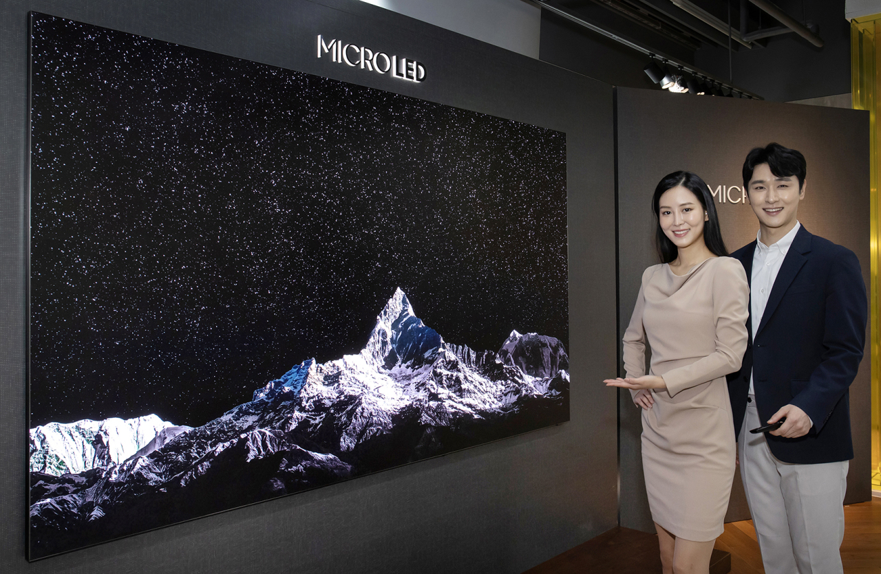 Models introduce a 110-inch MicroLED screen at a Samsung Digital Plaza shop in Cheongdam-dong, southern Seoul, Thursday. (Samsung Electronics)