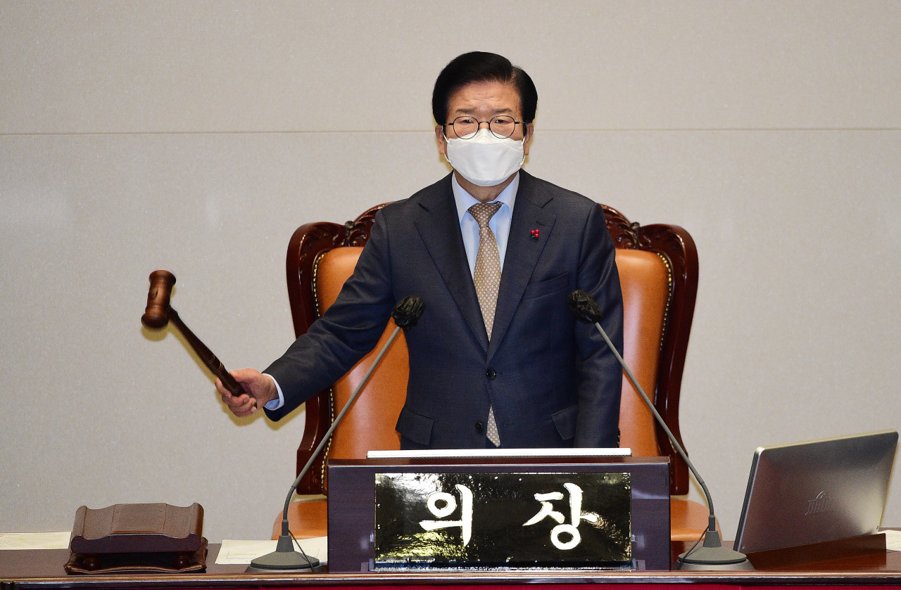 National Assembly Speaker Rep. Park Byeong-seug bangs the gavel during a plenary session on Thursay. (Yonhap)