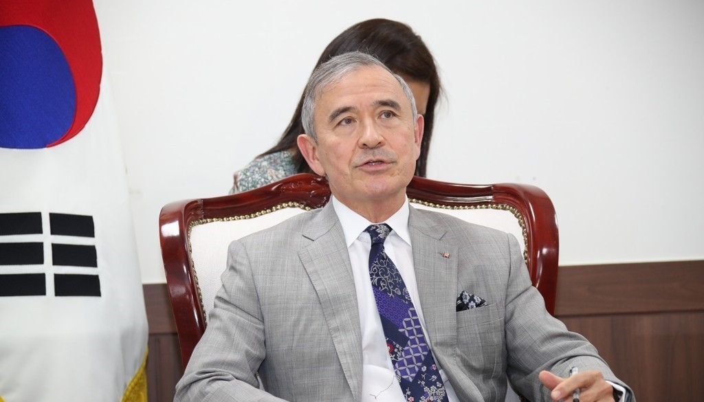 US Ambassador to South Korea Harry Harris speaking during a meeting with Unification Minister Lee In-young at the unification ministry in Seoul. (Yonhap)