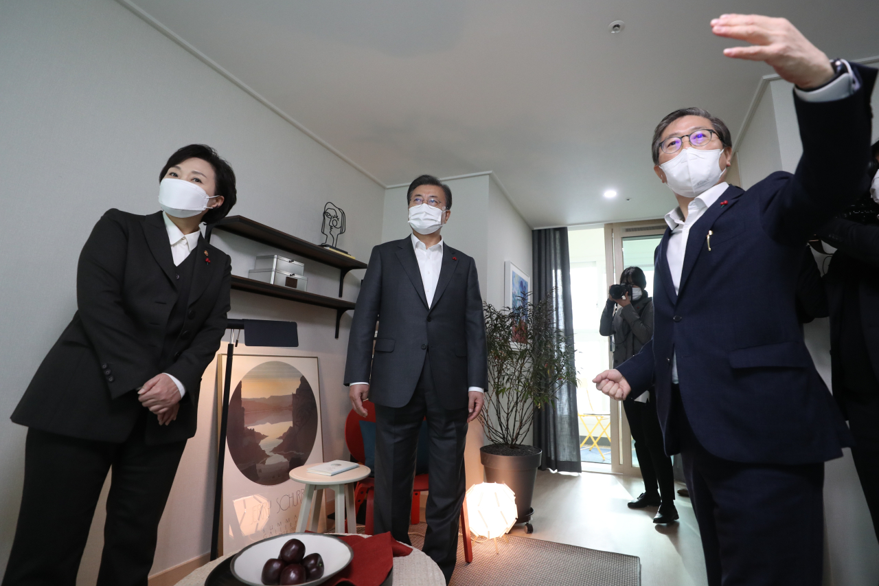 President Moon Jae-in (C) looks around a newly built public rental home in Dongtan, Gyeonggi Province, on Friday, along with Land Minister Kim Hyun-mee (L) and Byeon Chang-heum, CEO of LH. Byeon has been named to replace Kim. (Yonhap)