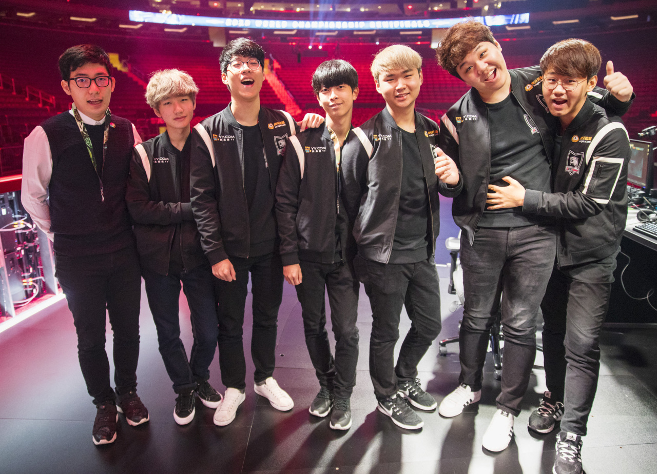 Coach NoFe, Peanut, Smeb, Zet, GorillA, PraY and Kuro of 2016 ROX Tigers (left to right) (Riot Games)