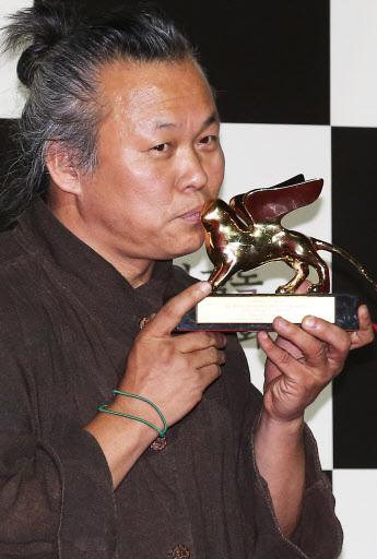 Filmmaker Kim Ki-duk holds his Venice Film Festival Golden Lion Award at a press conference at Megabox in Dongdaemun, Seoul, in this September 2012 file photo. (Yonhap)