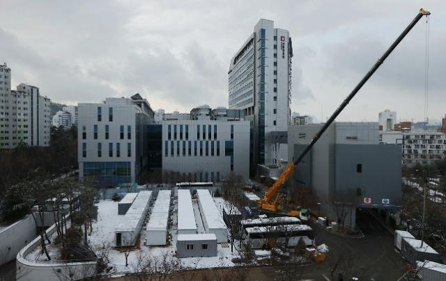 Containers are set up at Seoul Medical Center on Sunday, to house beds for COVID-19 patients. (Yonhap)