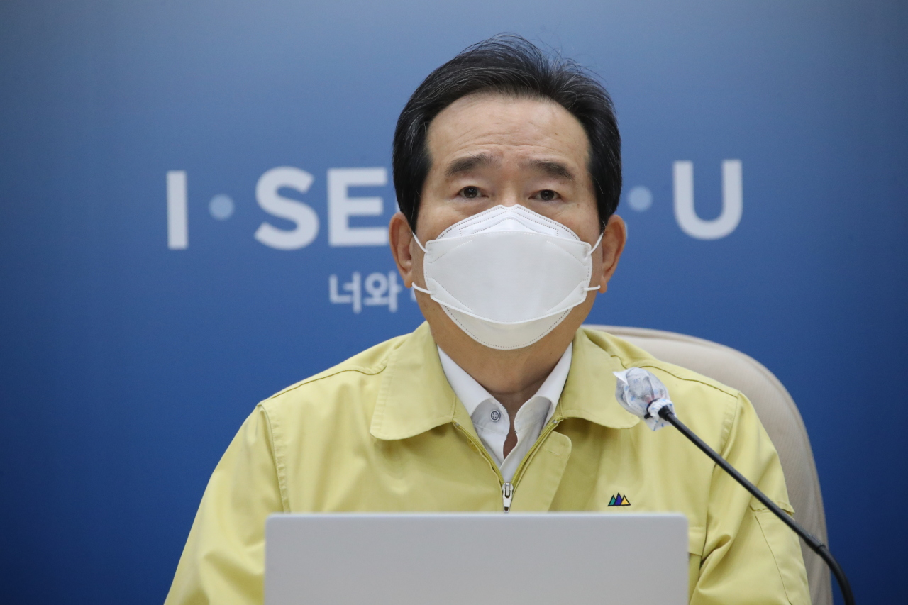 Prime Minister Chung Sye-kyun (R) presides over a meeting of the Central Disaster and Safety Countermeasure Headquarters held at Seoul City Hall on Monday. (Yonhap)