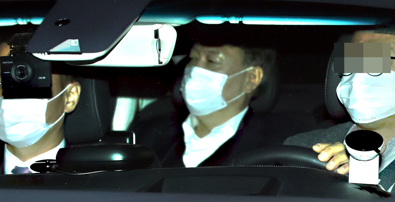 Top prosecutor Yoon Seok-youl leaves the prosecutors' office in Seocho-dong, southern Seoul on Tuesday. (Yonhap)