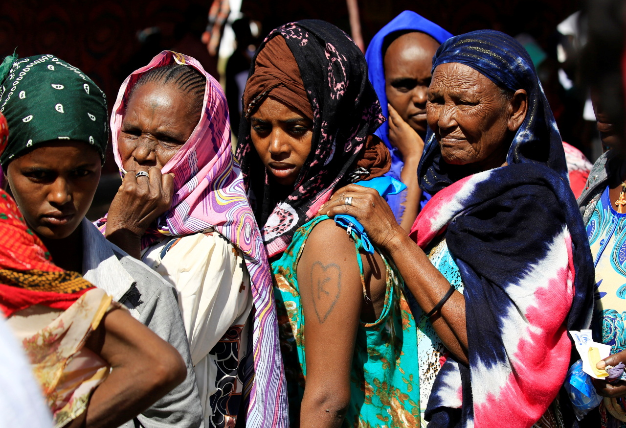 Ethiopian refugees who fled Tigray region, queue to receives treatment within the Fashaga camp on the Sudan-Ethiopia border, in Kassala state, Sudan on Monday. (Reuters-Yonhap)
