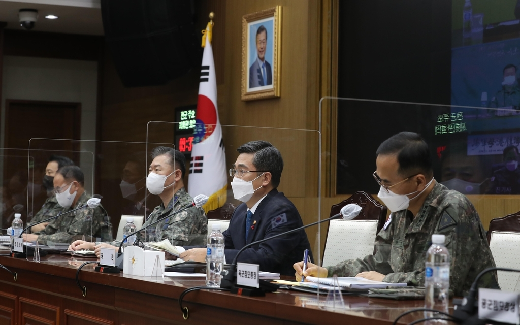 Defense Minister Suh Wook (2nd from R) speaks during a biannual meeting of top commanders on Wednesday, in this photo provided by the defense ministry. (Ministry of Defense)