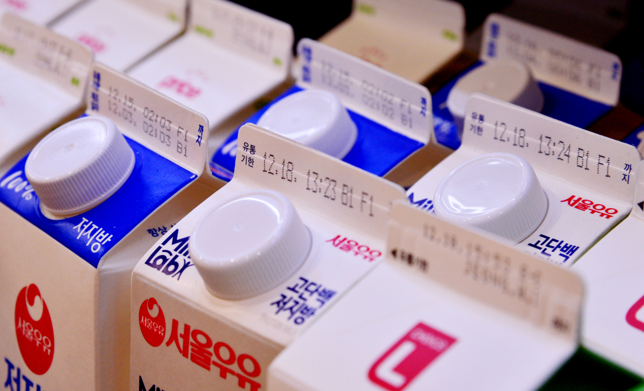 Milk products have sell-by dates on the bottles. (Park Hyun-koo/The Korea Herald)