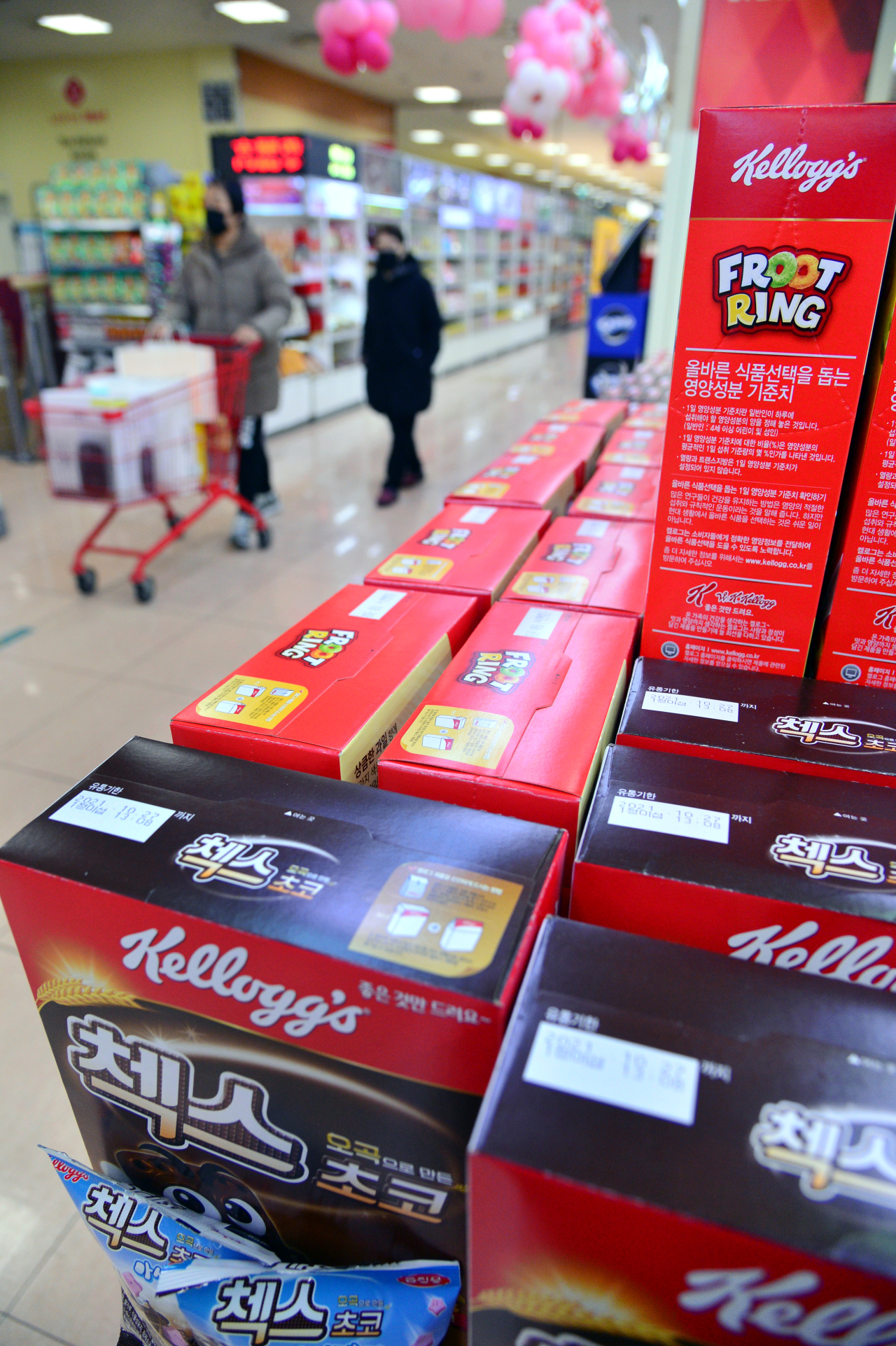 Boxes of cereal bear sell-by dates.(Park Hyun-koo/The Korea Herald)