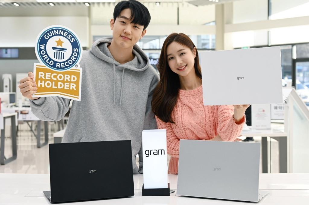 Esta foto, proporcionada por LG Electronics Inc. el jueves, muestra modelos que presentan la computadora portátil LG Gram 16.  (LG Electronics Inc.)
