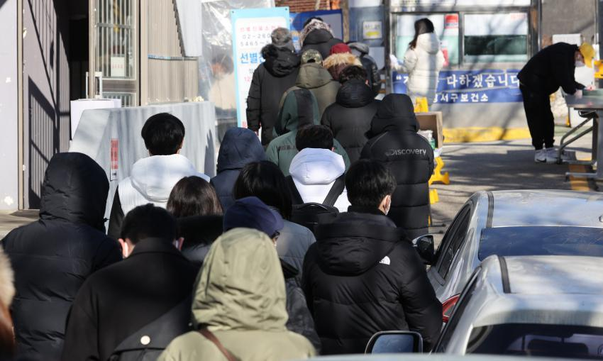 People wait in long lines to take coronavirus tests at a public health center in Seoul on Wednesday. (Yonhap)