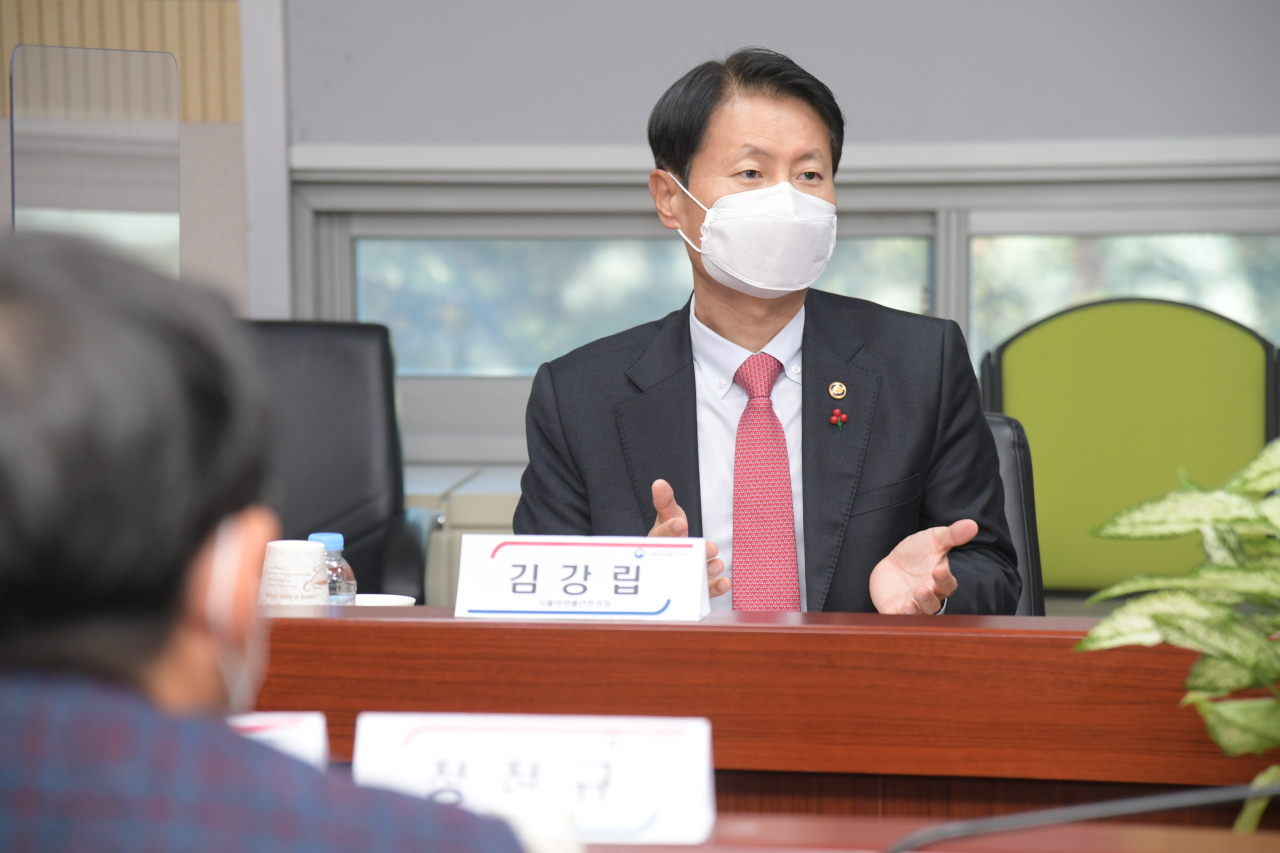 Kim Gang-lip, Minister of Food and Drug Safety, speaks with representatives of in-vitro diagnostics companies on Wednesday (Yonhap)