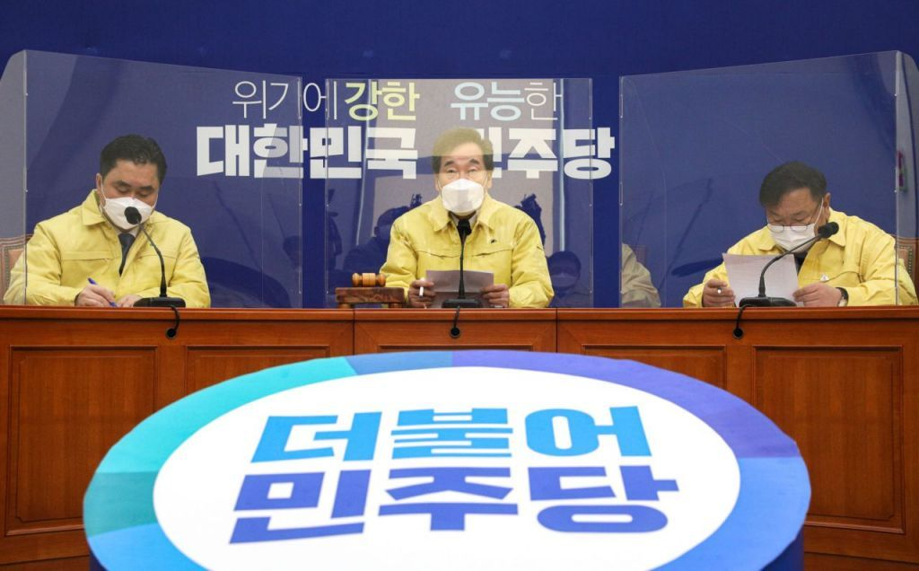 Democratic Party Chairman Rep. Lee Nak-yon (C) speaks during a top party council meeting on Wednesday. (Yonhap)