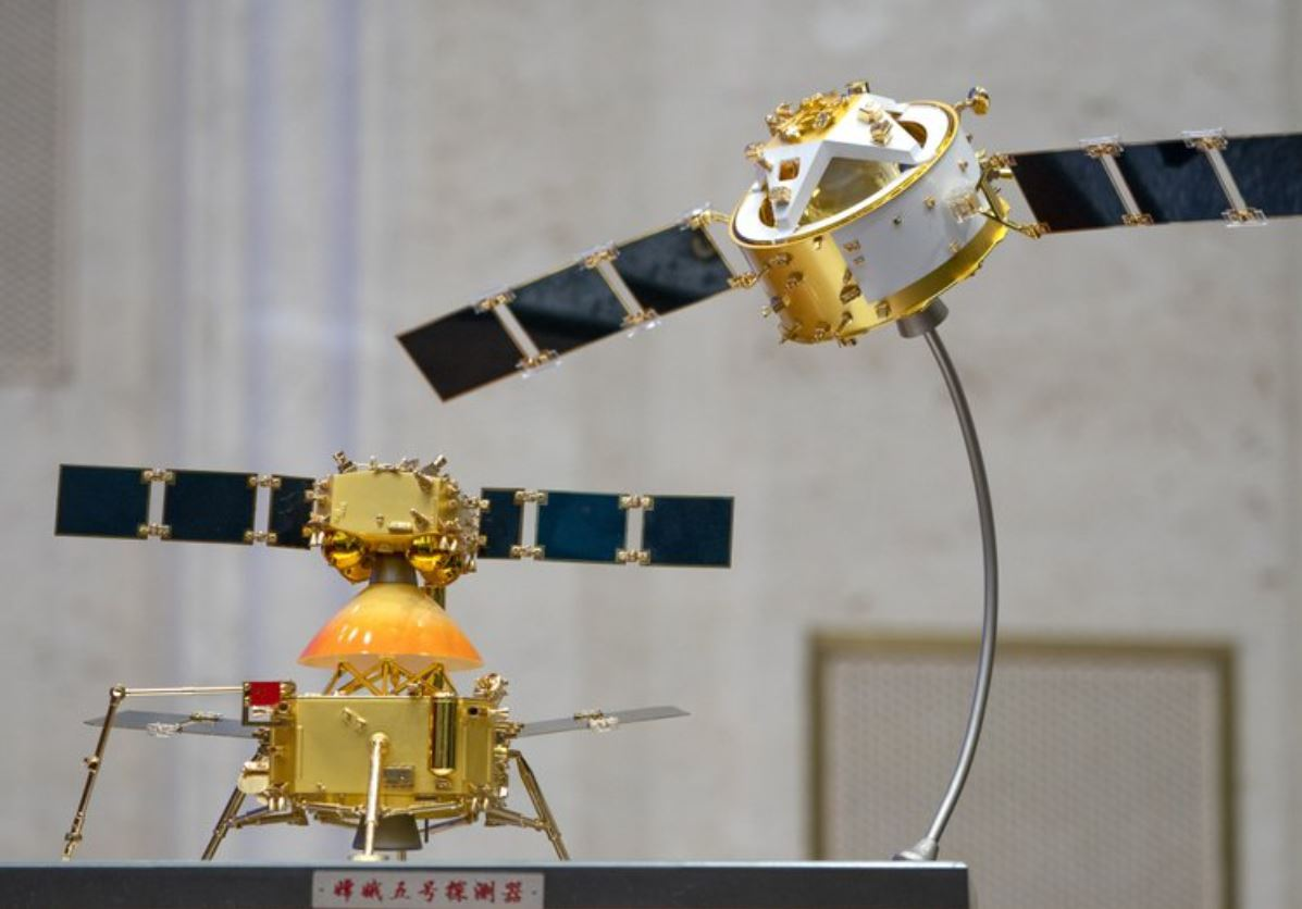 A model of China's Chang'e 5 lunar orbiter and lander are displayed before a press conference at the State Countil Information Office in Beijing, Thursday. (AP-Yonhap)