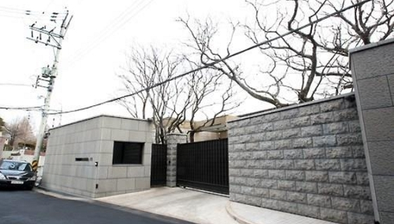 An exterior of Shinsegae Group Chairwoman Lee Myeong-hee's house in Hannam-dong, Seoul (Yonhap)