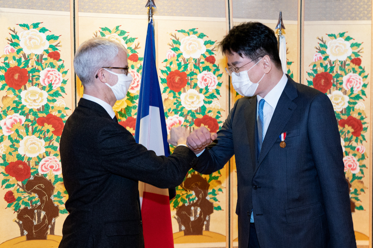 Korean Air CEO Cho Won-tae (right) shakes hands with Franck Rieste, Minister-delegate for Foreign Trade and Economic Attractiveness of France, at a diplomatic event in Seoul on Thursday. (Korean Air)