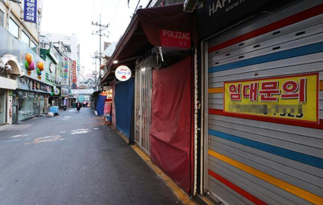 This photo, taken last Tuesday, shows almost no people at Namdaemun Market in central Seoul, one of South Korea's biggest traditional markets, amid the new coronavirus outbreak. (Yonhap)