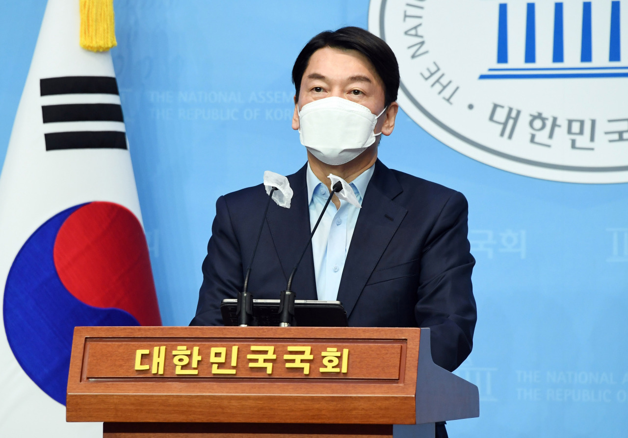 Ahn Cheol-soo, leader of the minor opposition People's Party, announces his bid for Seoul mayor at the National Assembly on Sunday. (Yonhap)