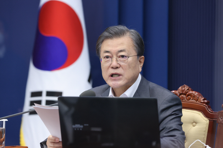 President Moon Jae-in speaks via videoconference during a Cabinet meeting at the presidential office Cheong Wa Dae in Seoul on Dec. 15, 2020. (Yonhap)