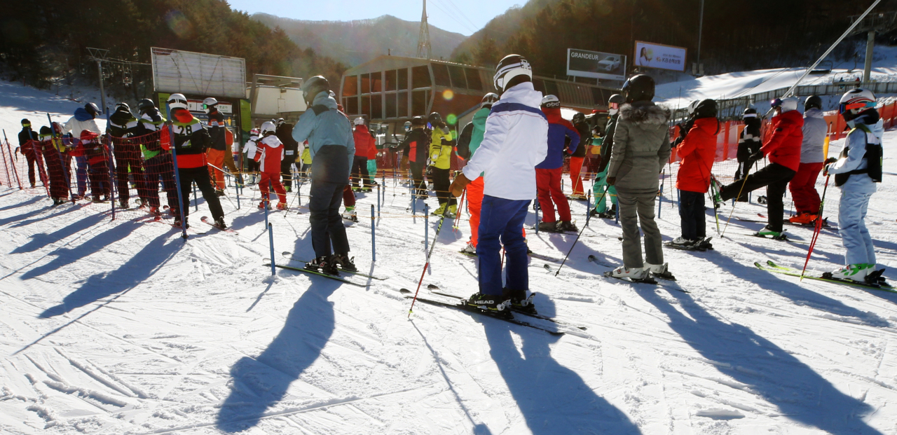 Skiers wait in line for a lift at a ski slope in Pyeongchang, Gangwon Province, on Monday. (Yonhap)