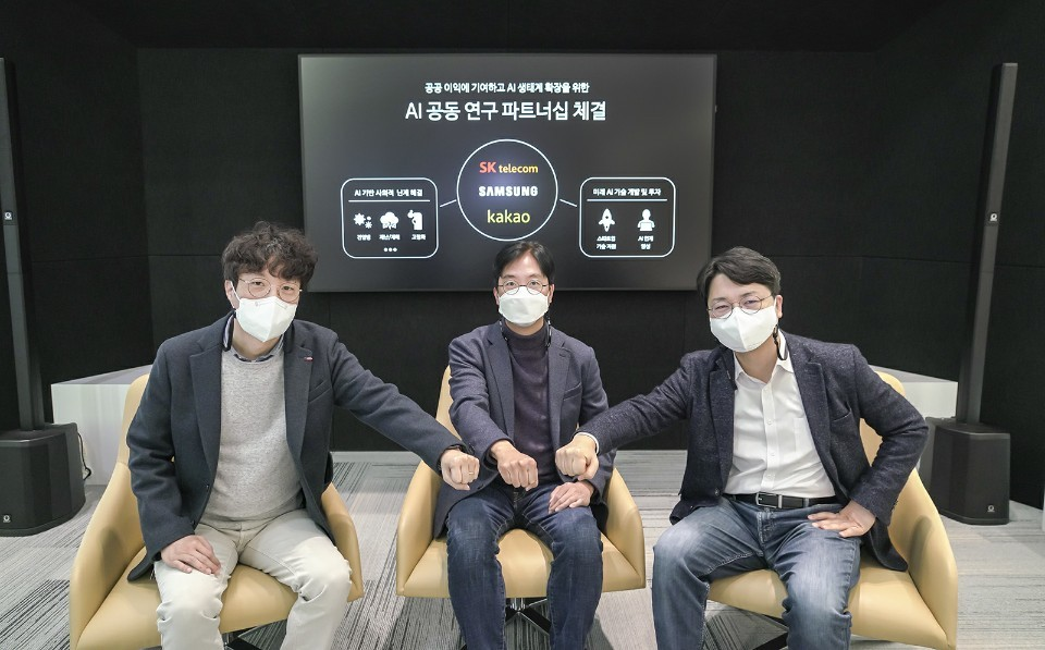From left: Kakao Brain's Park Seung-ki, SK Telecom chief technology officer Kim Yoon and Samsung Electronics vice president of AI development group, mobile communications business Woo Kyoung-gu pose for a photo after agreeing to co-develop a pandemic-forecasting AI platform at SK Telecom's headquarters in Pangyo, Gyeonggi Province, Tuesday. (SK Telecom)