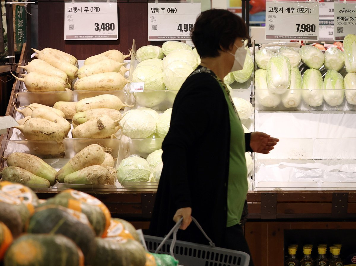 A citizen shopping for groceries at a discount store in Seoul on Oct. 6. (Yonhap)