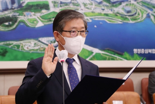 Land Minister nominee Byeon Chang-heum takes his oath of office at a confirmation hearing held at the National Assembly on Wednesday. (Yonhap)
