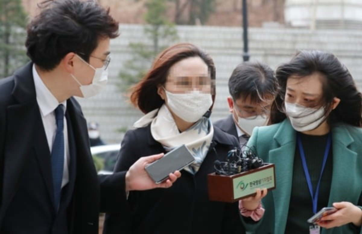 Chung Kyung-sim (C), the wife of former Justice Minister Cho Kuk, arrives at the Seoul Central District Court in southern Seoul on Wednesday, to attend her sentencing trial. (Yonhap)