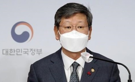 Vice Justice Minister Lee Yong-gu speaks during a briefing session in Seoul last Wednesday. (Yonhap)