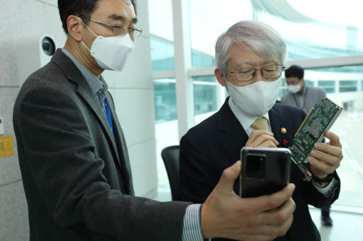 Science and ICT Minister Choi Ki-young (right) at Incheon International Airport, west of Seoul on Wednesday (Yonhap)
