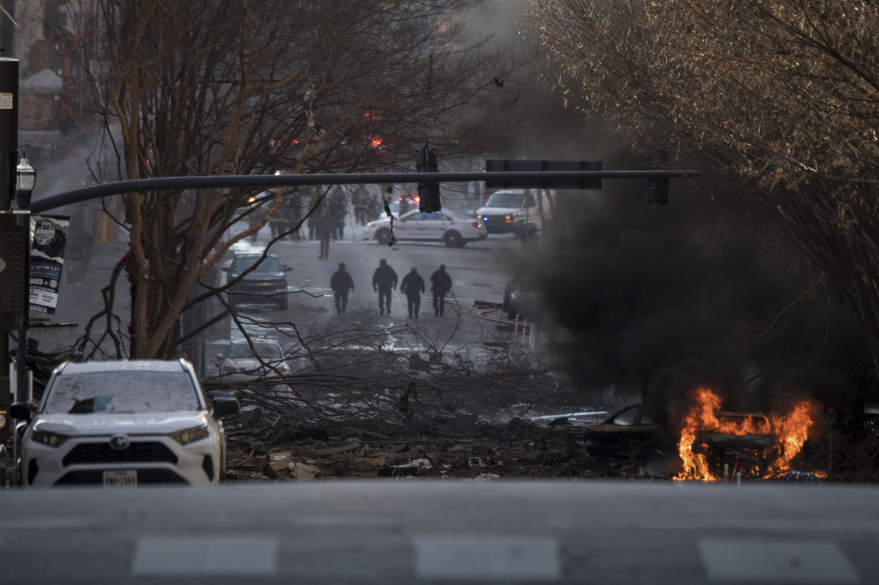 A vehicle is on fire after an explosion in the area of Second and Commerce, Friday in Nashville, Tenn. Buildings shook in the immediate area and beyond after a loud boom was heard early Christmas morning. (AP-Yonhap)