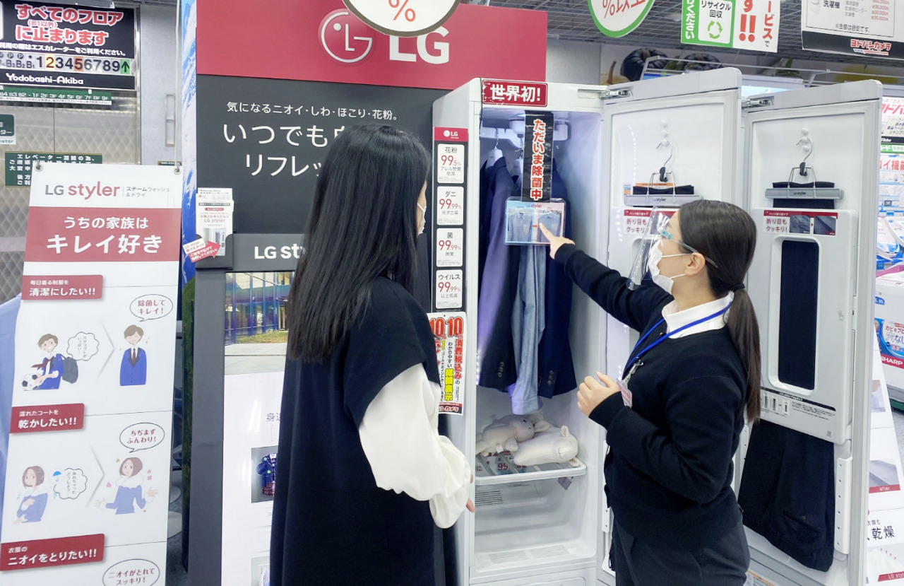 A consumer looks at the Tromm Styler at a shop in Japan. (LG Electronics)